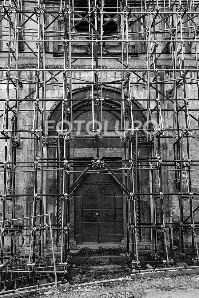 TRA LE MACERIE DEL TERREMOTO DEL 6 APRILE 2009, CINQUE ANNI DOPO, TUTTO GIACE IMMOBILE, DIMENTICATO.
